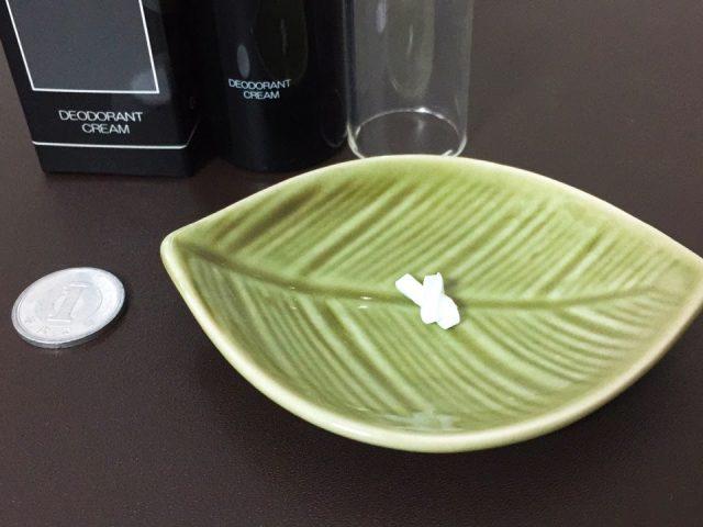 クリアネオをワンプッシュした量を1円玉と比較した写真