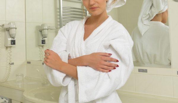 バスローブで腕組みをする女性