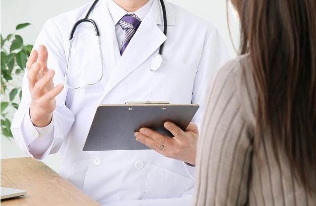 先生と診療をうける女性