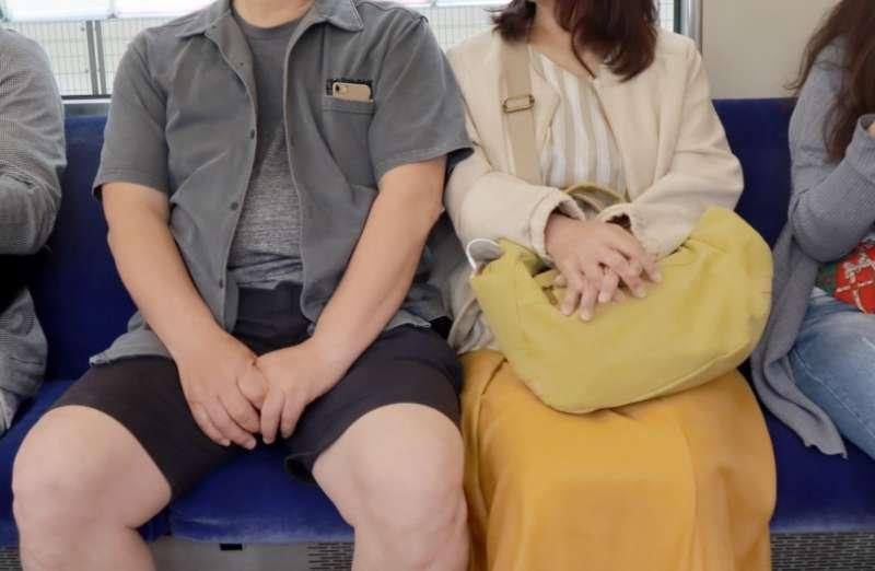 電車で男性と女性が同席