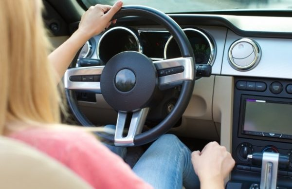 ドライブの運転をする女性