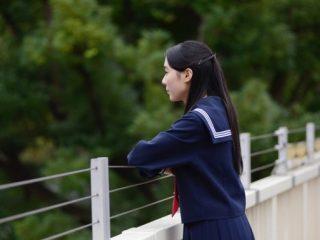 遠くを眺める女学生