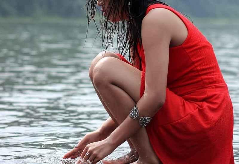赤い服を着た女性の画像
