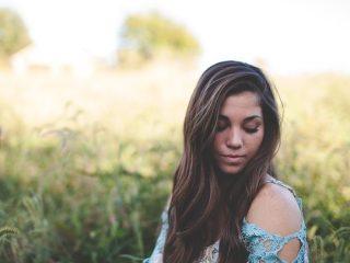 物思いにふける美しい女性