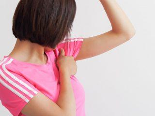 女性がワキの体臭を気にする写真