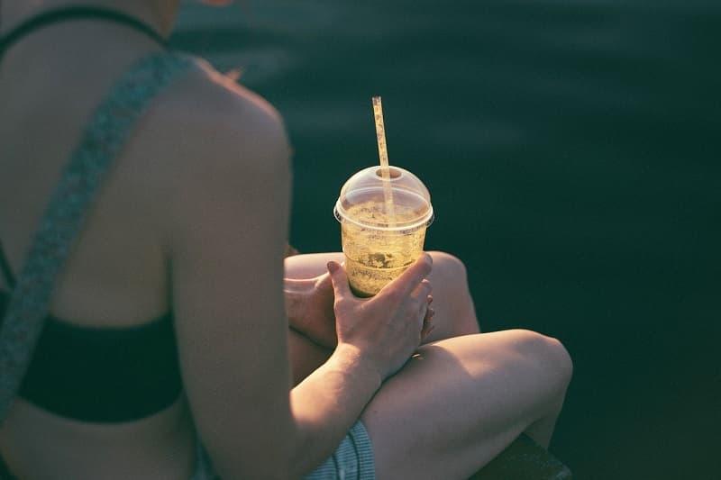 女性とジュースの画像
