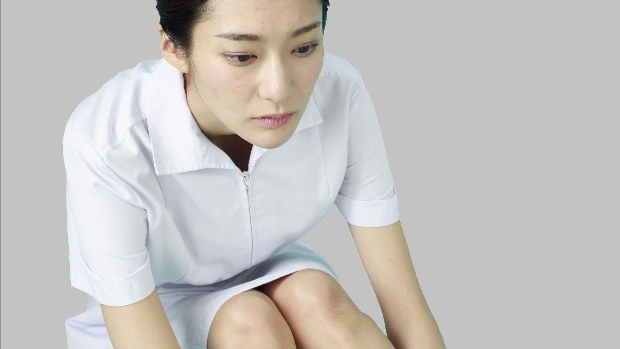落ち込む女性の看護師