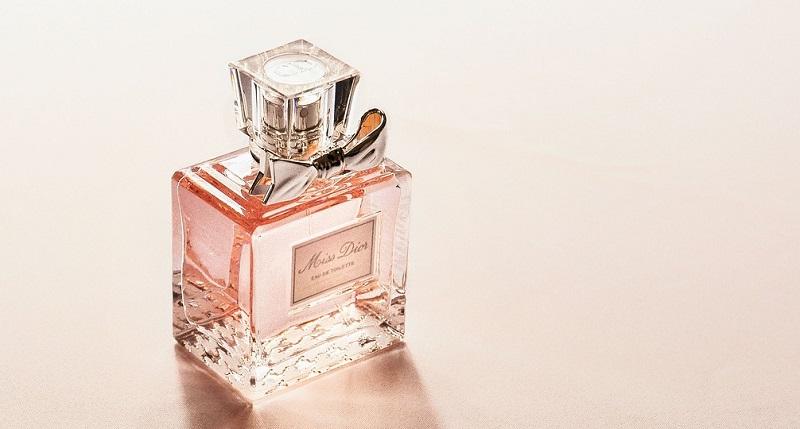 ピンクの香水の画像