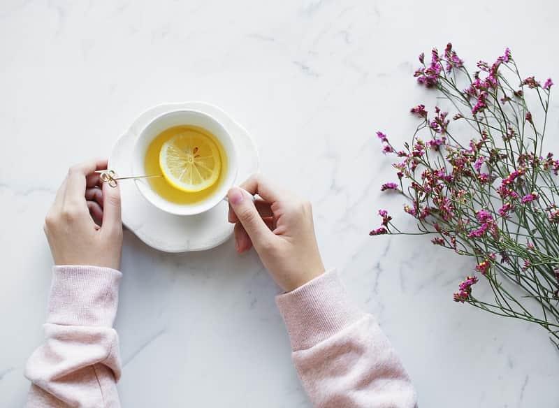 紅茶を持つ女性の画像