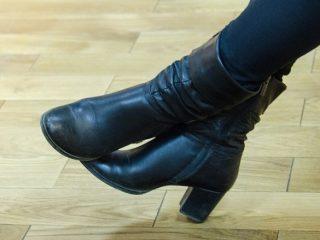 女性の黒い靴