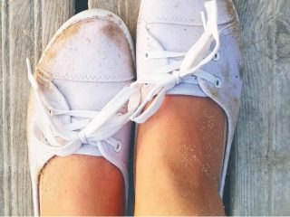 白い靴を履いた女性の足
