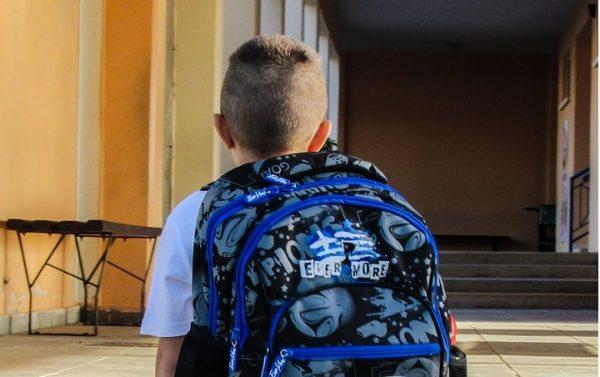 リュックサックを背負った小学生の子供