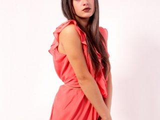 ノースリーブの赤いワンピースを着た女性