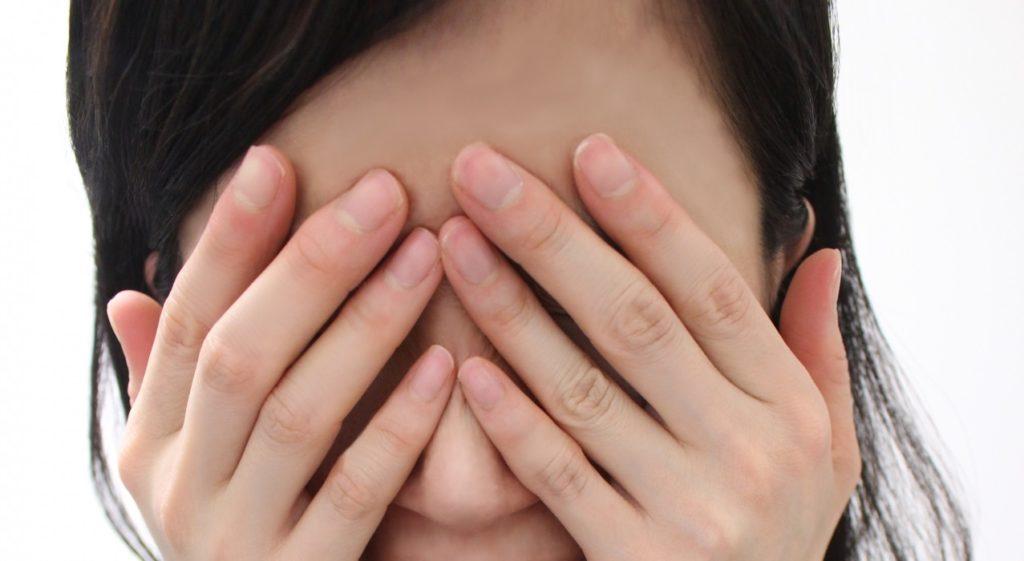 顔を隠す女の子の画像