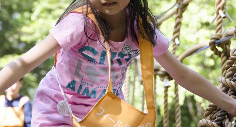 ピンクの服を着た女の子の画像