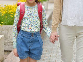 ランドセルを背負った小学生と女の子の母親