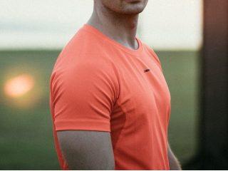 オレンジ色のシャツを着た男性