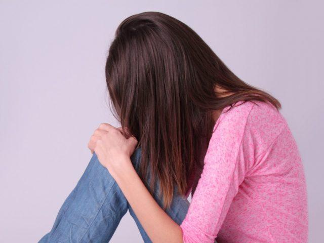 頭皮の臭いに落ち込む女性