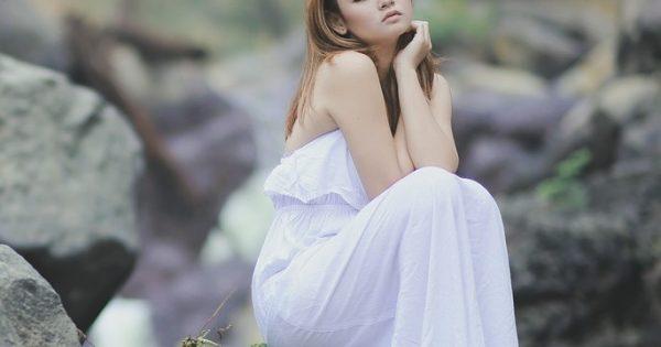 白の服を着ている女性