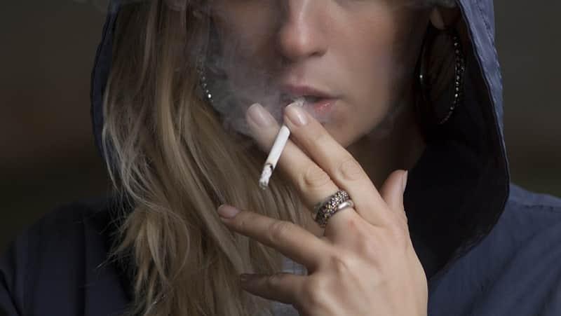 煙草を吸う女性の画像