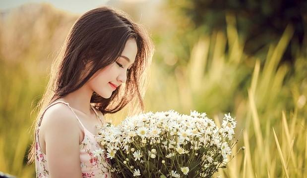 優雅に花束を持つ美しい女性