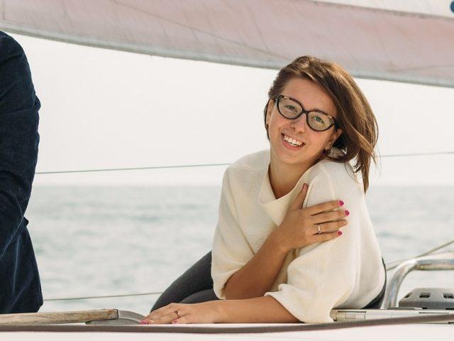 ヨットに乗るメガネの女性の写真