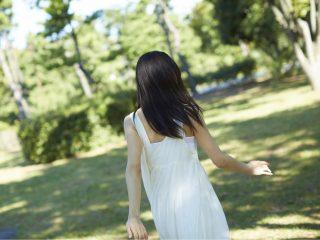 白いドレスの女性の後ろ姿の写真