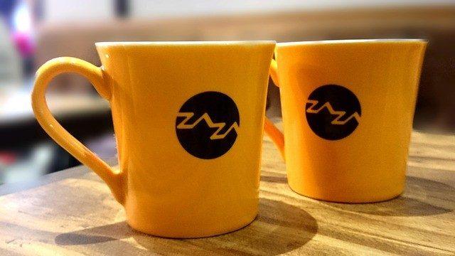 飲み物ようの黄色いカップの写真