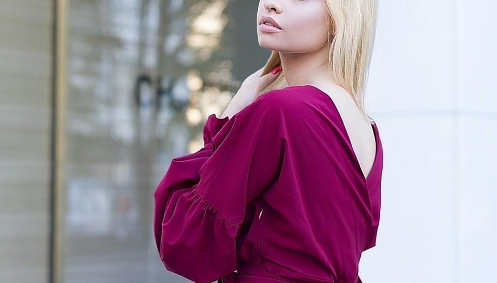 紫のドレスを着たカワイイ女性の写真