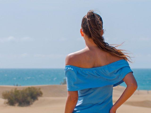 青い服を着た美しい女性の写真
