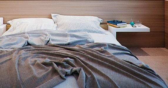少し乱れたベッドの画像