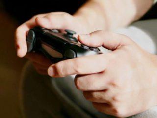 手に汗握りそうなゲームのコントローラー