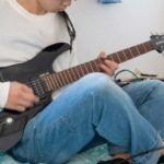 ギターを弾く男性の手元